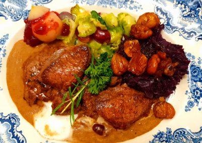 Bild von unserem gegrilltem Rehschnitzel an Preiselbeer-Ginrahmsauce