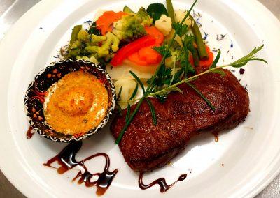 """Bild von unserem grillierten """"Swiss Gourmet Beef"""" Entrecôte mit hausgemachter Alpenkräuterbutter, serviert mit buntem Gemüse vom Markt und Beilage nach Wahl"""