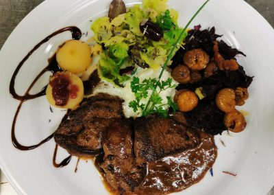 Grillierte Rehschnitzel an Preiselbeer-Ginrahmsauce